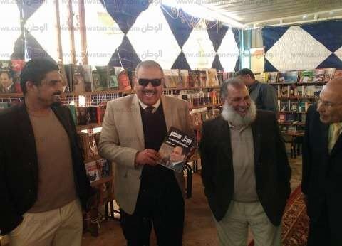 "وكيل تعليم مطروح يتفقد معرض بمطروح ويرفع كتاب الرئيس ""رجل مصر"""