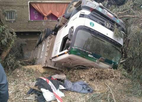 شجرة وعمود إنارة ينقذان منزلا من كارثة إثر انقلاب سيارة نقل بشبين