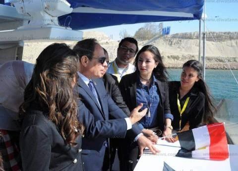 """السيسي يتحاور مع بعض الشباب على متن """"مركب"""" خلال توجهه لمقر المؤتمر"""
