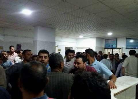 بالصور| أهالي ضحايا حادث المنيا الإرهابي أمام مستشفى العدوة