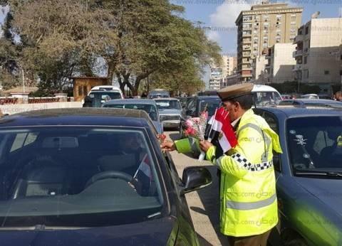 مدير أمن بورسعيد وضباط الشرطة يوزعون الأعلام على المواطنين