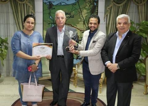 تكريم محافظ جنوب سيناء من إدارة مهرجان شرم الشيخ الدولي للمسرح الشبابي