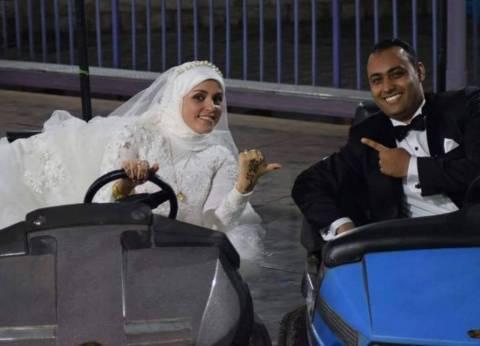عروسان يلعبان فى الملاهى يوم زفافهما.. «لو ده جنان اتجنن»
