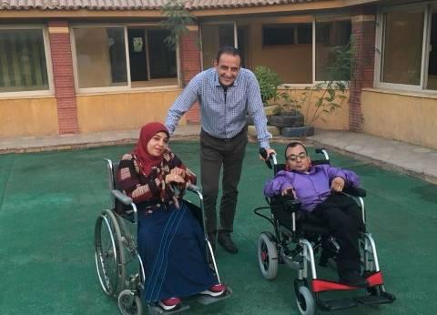 """زوجان من متحدي الإعاقة يطلبون فرصة عمل.. و""""علام"""" يهديهما كرسي """"كهربي"""""""
