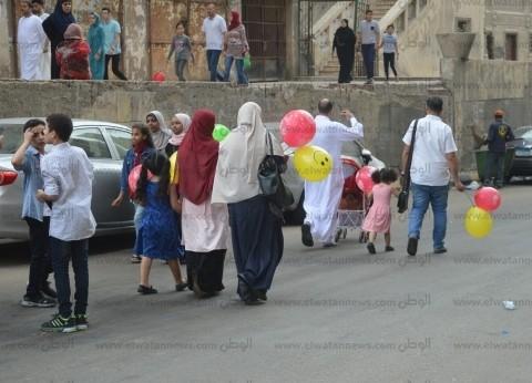 """الكبار يمرحون بـ""""البلالين"""" في شوارع الإسكندرية: """"فرحة مفيهاش غمّ"""""""