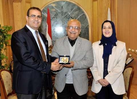 رئيس جامعة المنصورة يكرم أستاذ بكلية الصيدلة حصل على 10 براءات اختراع