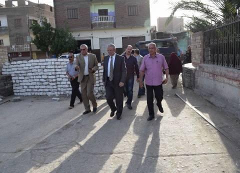 محافظ المنيا يتفقد أعمال رصف مساكن عمارات تبارك