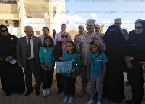"""القوات المسلحة تكرم أبناء الشهداء في مدرسة """"25 يناير"""" بالعريش"""