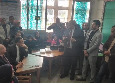 صورة| محافظ الإسكندرية على الدكة مع طلاب الصف الأول الثانوي