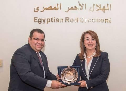 غادة والي تكرم أعضاء مجلس إدارة الهلال الأحمر لدورهم في تطوير العمل