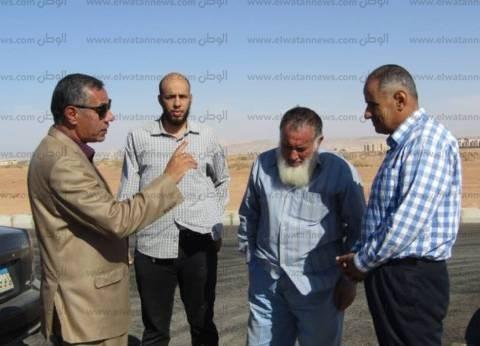 بالصور| رئيس مدينة أبورديس يطالب شركة تطوير طريق الشاطئ بإنهاء الأعمال