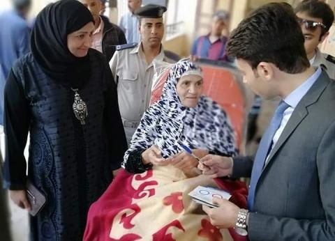 """""""أم أحمد"""" تدلي بصوتها على سرير متحركرغم إصابتها بـ""""كسر في المفصل"""""""