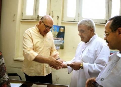 القاهرة تسلم 200 أسرة في «مثلث ماسبيرو» شيكات تعويض
