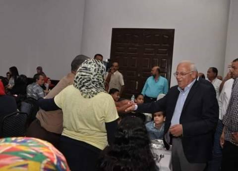 محافظ بورسعيد يتناول الإفطار مع العاملين بالمنطقة الحرة