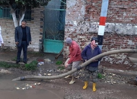 سحب مياه الأمطار من شوارع كفر البطيخ في دمياط