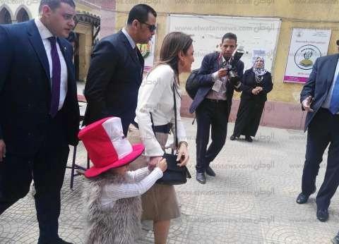 صور| بصحبة حفيدتها لينا.. وزيرة الاستثمار تدلي بصوتها في الاستفتاء