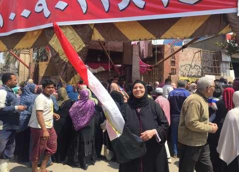 """المواطنون يحتشدون أمام لجنة """"جزيرة الدهب"""" للمشاركة في الاستفتاء"""