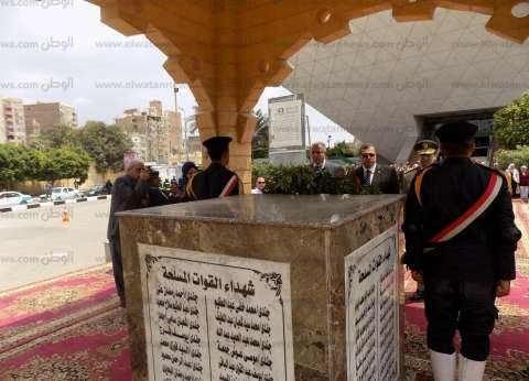 """وضع إكليل الزهور على النصب التذكاري في ذكرى """"تحرير سيناء"""" بالفيوم"""