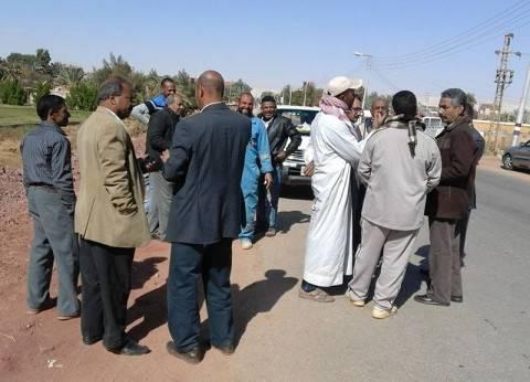 رئيس مركز الداخلة يتابع عملية ازدواج طريق أمام قرية عزب القصر