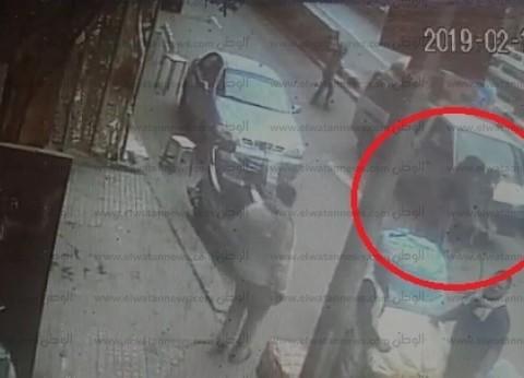وصول والدة وزوجة أمين شرطة شهيد بحادث تفجير الدرب الأحمر لموقع الحادث