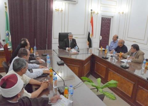 محافظ المنيا يتابع معدلات تنفيذ الخطة الاستثمارية بالمحافظة