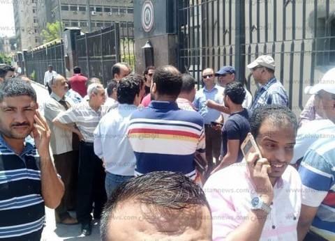 وقفة احتجاجية للعاملين بالكهرباء أمام الوزارة تنديدا بعدم صرف العلاوة