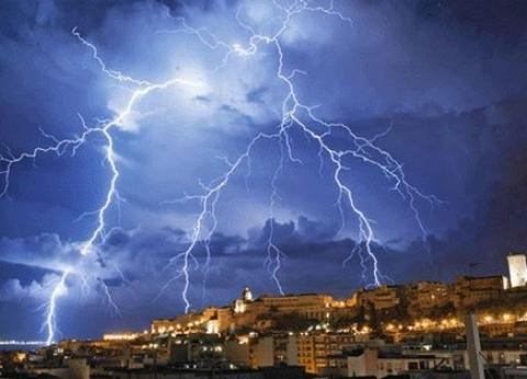 عاجل| أمطار رعدية في مدينة 6 أكتوبر بالجيزة