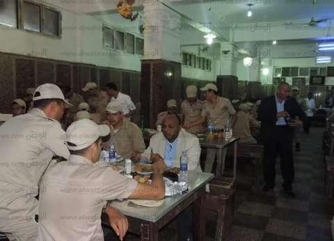 بالصور| مدير أمن الغربية يتناول الإفطار مع المجندين