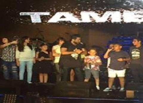 بالصور| أطفال «The Voice Kids» مع تامر حسني في حفل الساحل