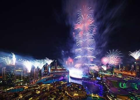 بالفيديو| الألعاب النارية تزين برج خليفة بدبي احتفالا برأس السنة