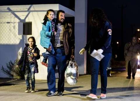لاجئون يحولون ليل خيوس اليونانية إلى جهنم