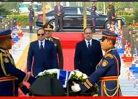 بالفيديو| الرئيس يضع إكليلا من الزهور على النصب التذكاري لشهداء الشرطة