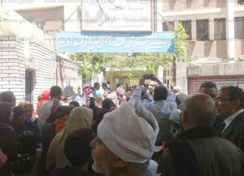 تزايد أعداد الناخبين أمام لجان الصف وأطفيح للمشاركة في الاستفتاء