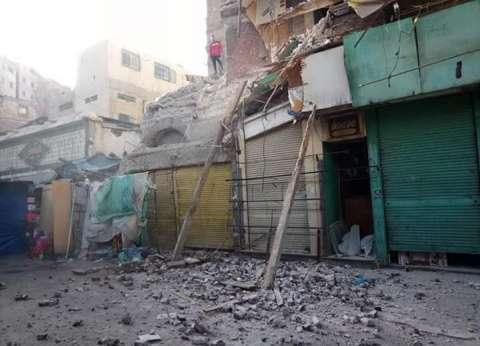 سقوط أجزاء من عقار قديم وسط الإسكندرية دون إصابات