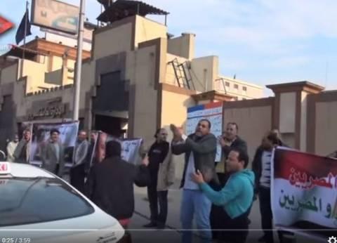 """خيري رمضان يعرض فيديو """"الوطن"""" عن كمين سائقي التاكسي لسيارات """"أوبر وكريم"""""""