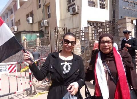 """لحث المواطنين على المشاركة.. """"فاطمة"""" تصوت رغم مرضها"""