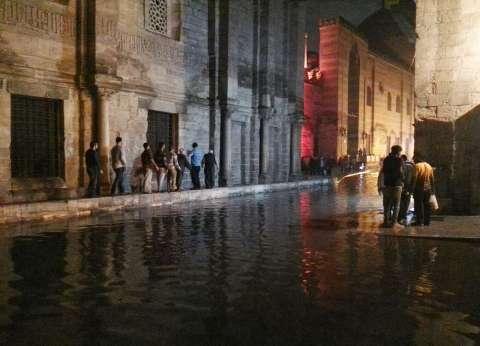 الآثار: انسداد مواسير الصرف سبب ارتفاع مياه الأمطار بشارع المعز