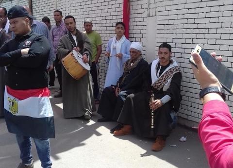 """""""سيلفي ورقص ومزمار"""".. مصوتون يسجلون لحظة الاستفتاء أمام لجان مدينة نصر"""