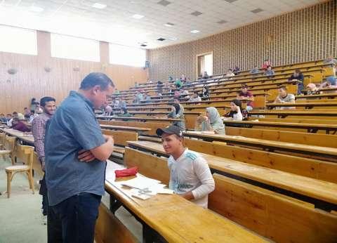 رئيس جامعة سوهاج يتابع سير الامتحانات في كليتي تربية والتربية الرياضية
