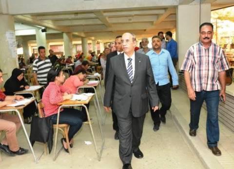 بالصور| رئيس جامعة أسيوط يتفقد امتحانات الدراسات العليا بكلية التربية