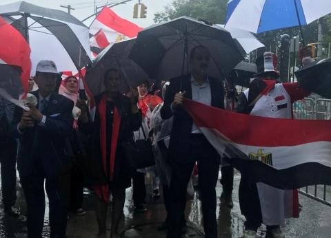 صور| وقفة للجالية المصرية تحت المطر أمام الأمم المتحدة قبل كلمة السيسي