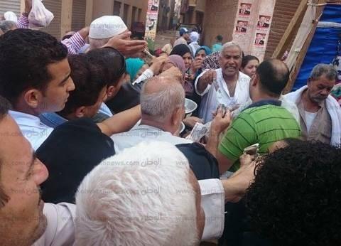تواجد مبكر لأنصار المرشحين ووكلائهم أمام اللجان الانتخابية في بني سويف