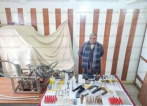 بالصور| أسلحة وتمثال يشتبه في أثريته داخل ورشة منزلية بكفرالشيخ