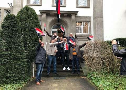 الناخبون يتوافدون على مقر سفارة مصر في سويسرا للمشاركة في الانتخابات