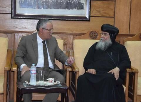 """محافظ المنيا يعزي """"الأنبا مكاريوس"""" في شهداء الإرهاب"""