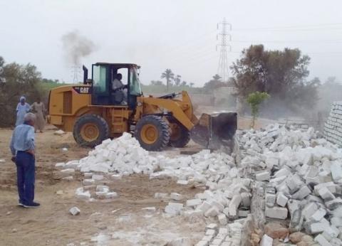 رفع 30 طن قمامة وإزالة بناء مخالف بقرية تلة في المنيا
