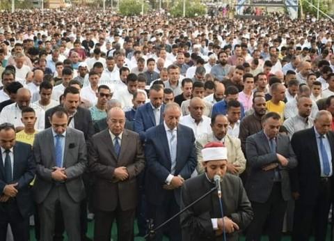 بالصور  محافظ البحر الأحمر يؤدى صلاة العيد وسط الآلاف من المواطنين