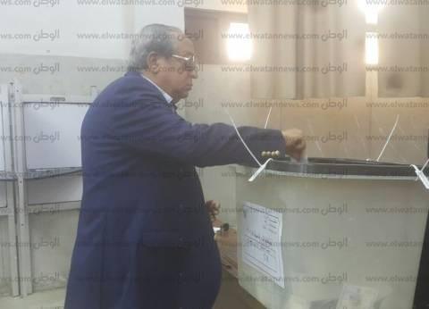 وزير الداخلية السابق يدلي بصوته في الدقي.. ويحث المواطنين على المشاركة