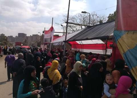 إقبال كثيف من المواطنين أمام المدرسة الصناعية بمنشية ناصر