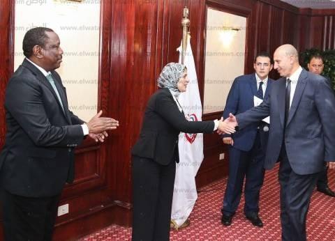 """وزيرة الصحة تكرم نظيرها السوداني وفريق إغاثة """"وادي حلفا"""" المصري"""